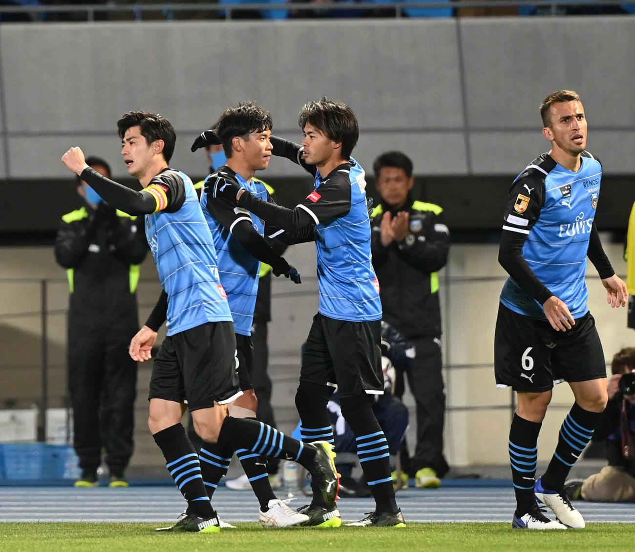 川崎F対C大阪 後半、追加点を奪った川崎F・MF三笘(右から2人目)はチームメートとハグ(撮影・山崎安昭)