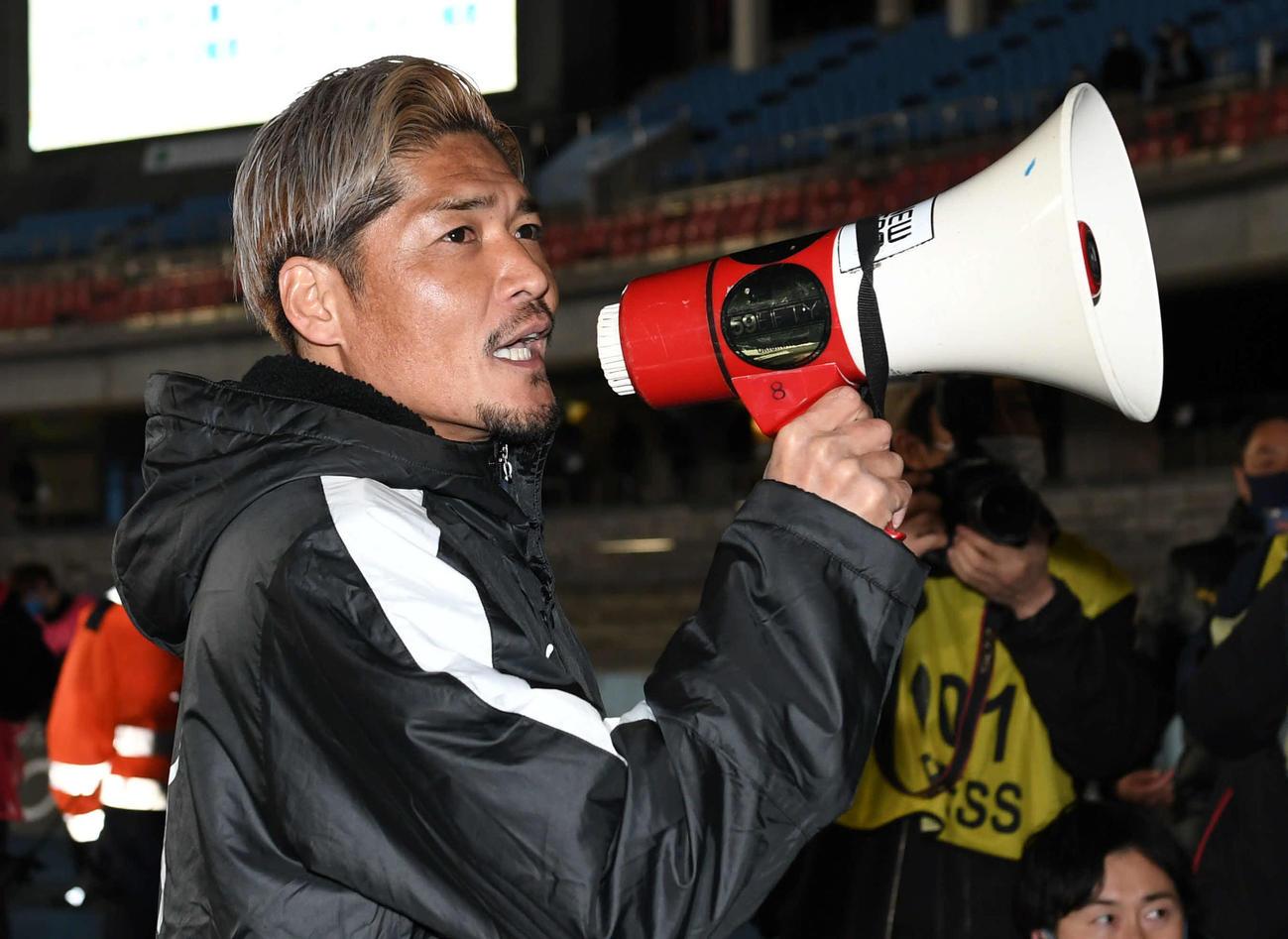 川崎F対C大阪 試合後、川崎FサポーターにあいさつするC大阪FW大久保(撮影・山崎安昭)