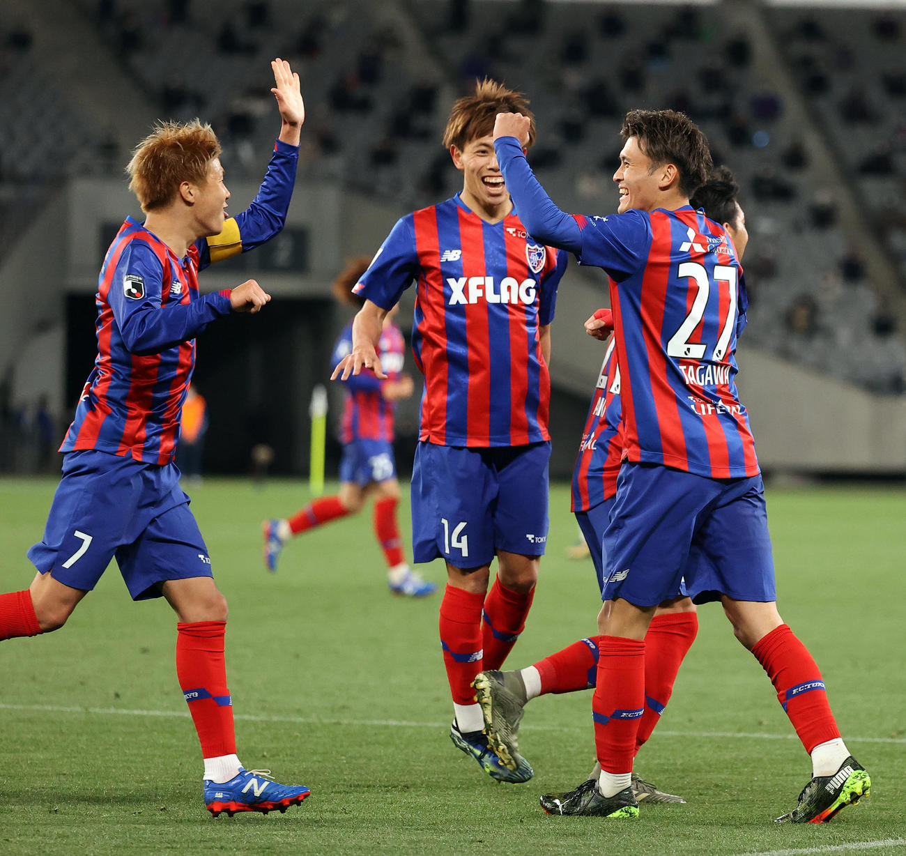 東京対徳島 後半、左足でゴールを決めた東京FW田川(右)は笑顔でイレブンと喜び合う(撮影・垰建太)