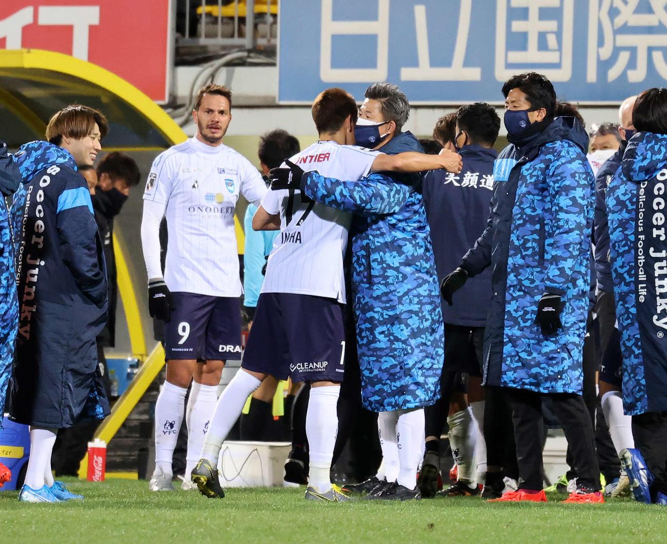 柏対横浜FC 勝利しDF伊野波(中央左)を迎える横浜FC・FW三浦(撮影・鈴木正人)