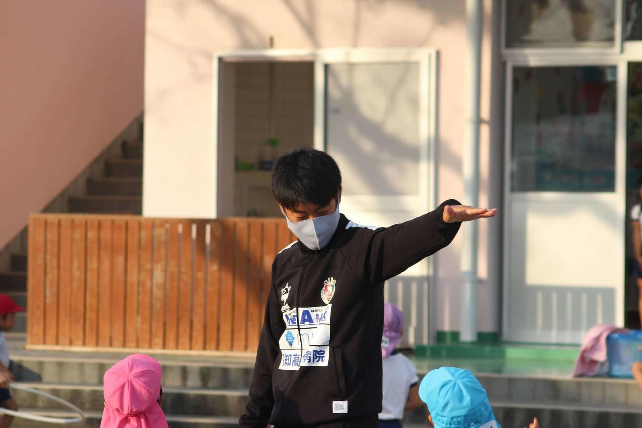 幼稚園で子供たちに語りかける青木(提供・高知ユナイテッド)
