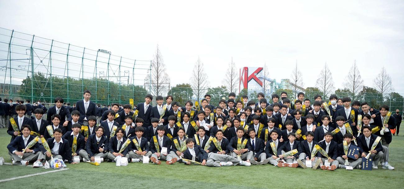 グラウンドで記念撮影する藤枝明誠高サッカー部の3年生