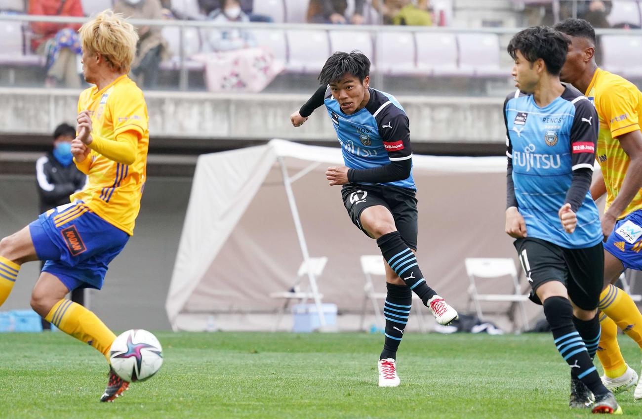 仙台対川崎F 後半、チーム5点目となるゴールを決める川崎F・FW旗手(中央)(撮影・江口和貴)