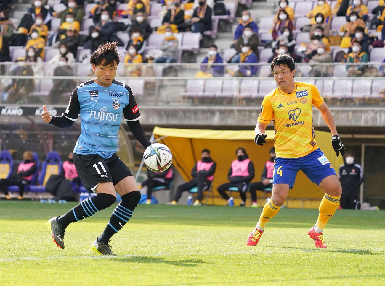 仙台対川崎F 前半、先制ゴールを決める川崎F・FW小林(左)。右は仙台DF蜂須賀(撮影・江口和貴)