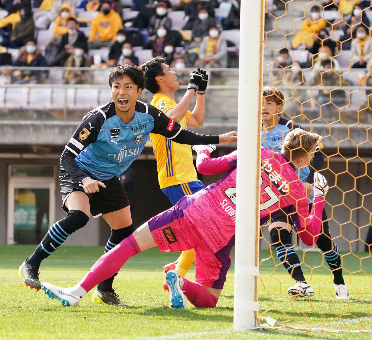 仙台対川崎F 前半、先制ゴールを決め喜ぶ川崎F・FW小林(左)(撮影・江口和貴)