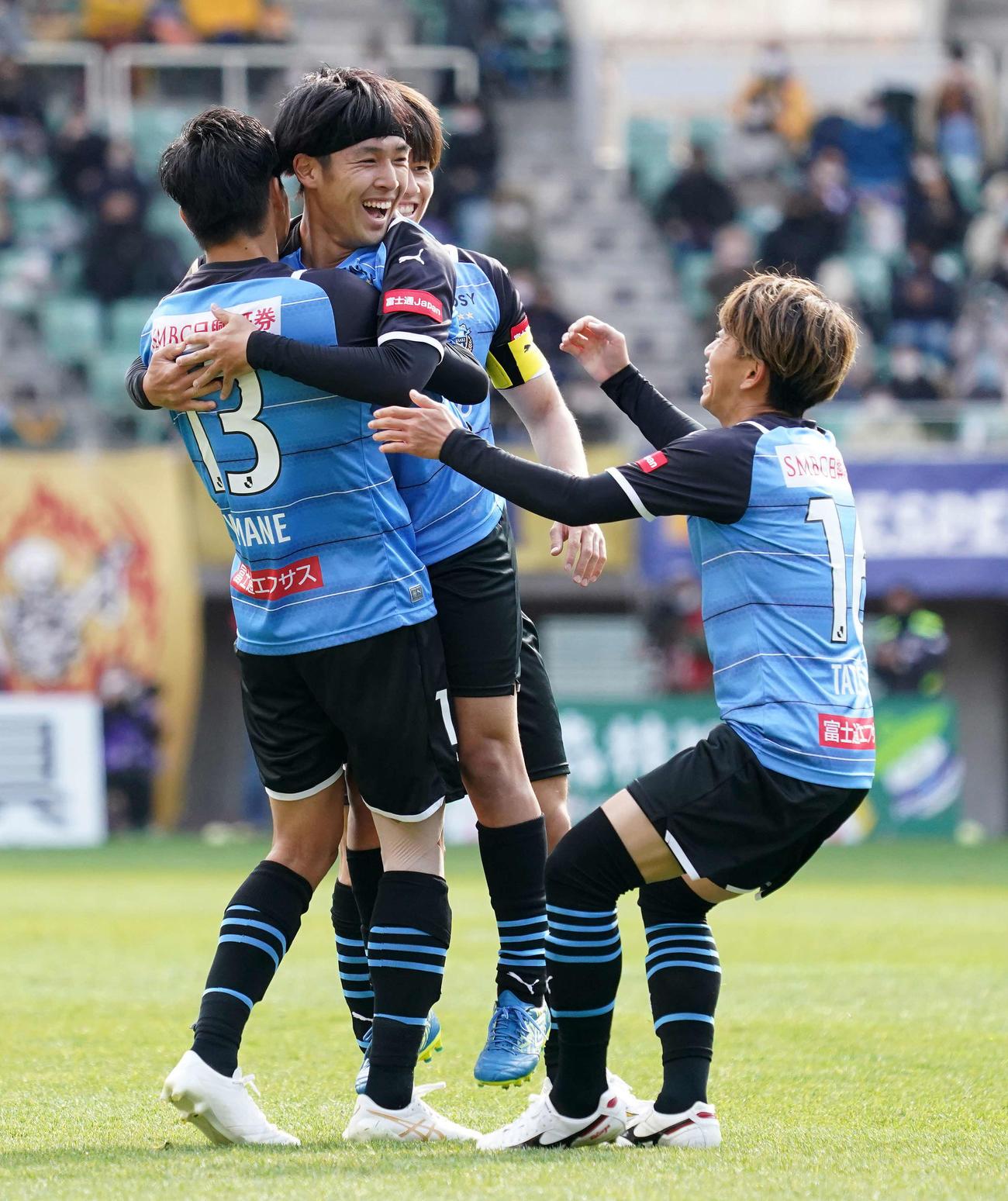 仙台対川崎F 前半、ゴールを決め喜ぶ川崎F・FW遠野(左から2人目)(撮影・江口和貴)
