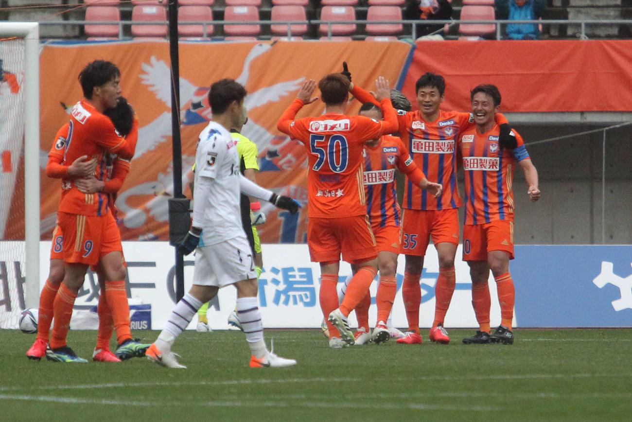 後半12分から退場で1人欠きながら1点を守りきり開幕連勝の新潟の選手は試合後、笑顔
