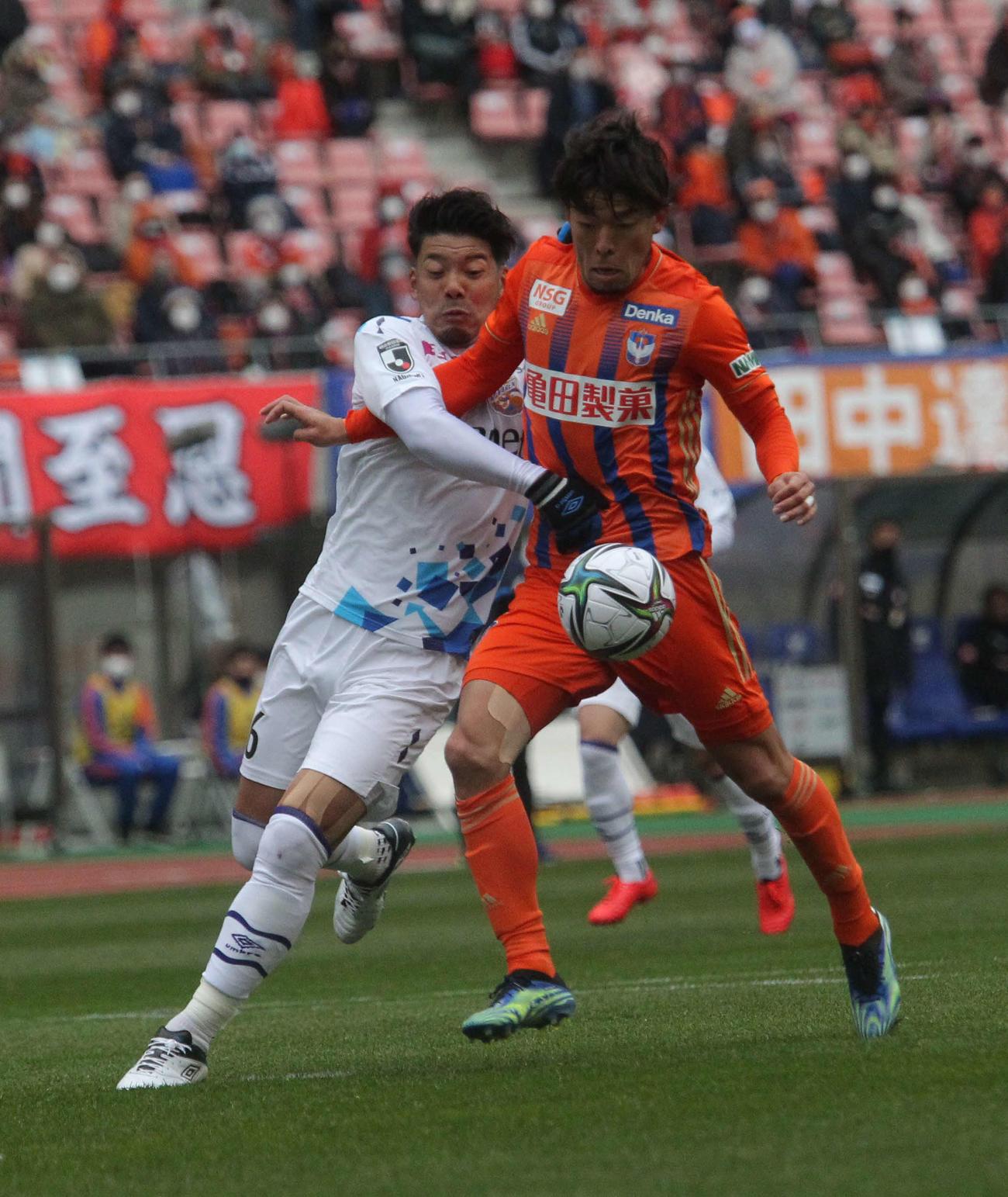 新潟対長崎 前半24分、胸トラップで前を向いたFW鈴木(右)は相手DFにシュートを阻まれる