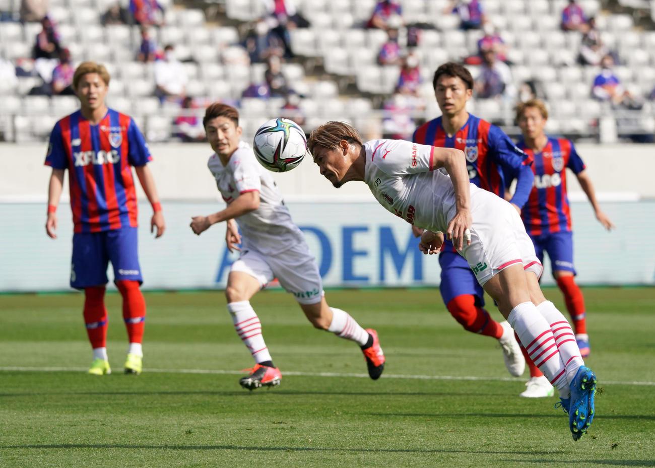 東京対C大阪 前半、ヘディングでゴールを決めるC大阪FW大久保(撮影・横山健太)