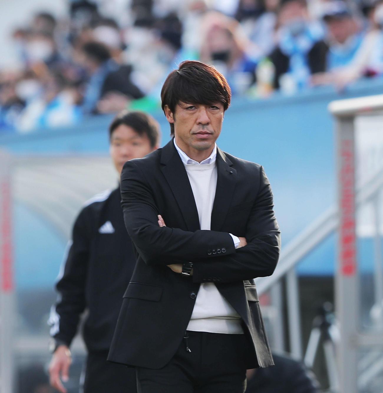 横浜FC対大分 後半、戦況を見つめる横浜FC下平監督(撮影・河田真司)