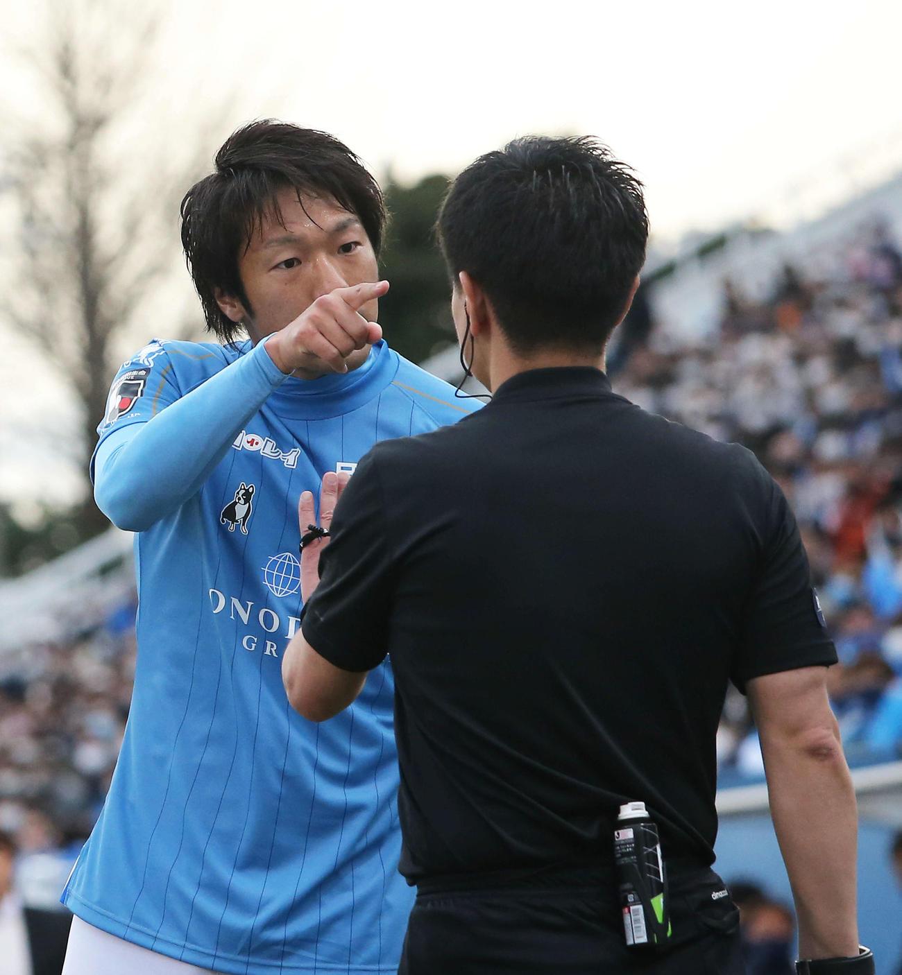 横浜FC対大分 後半、イエローをとられヒートアップする横浜FC・FW伊藤(撮影・河田真司)
