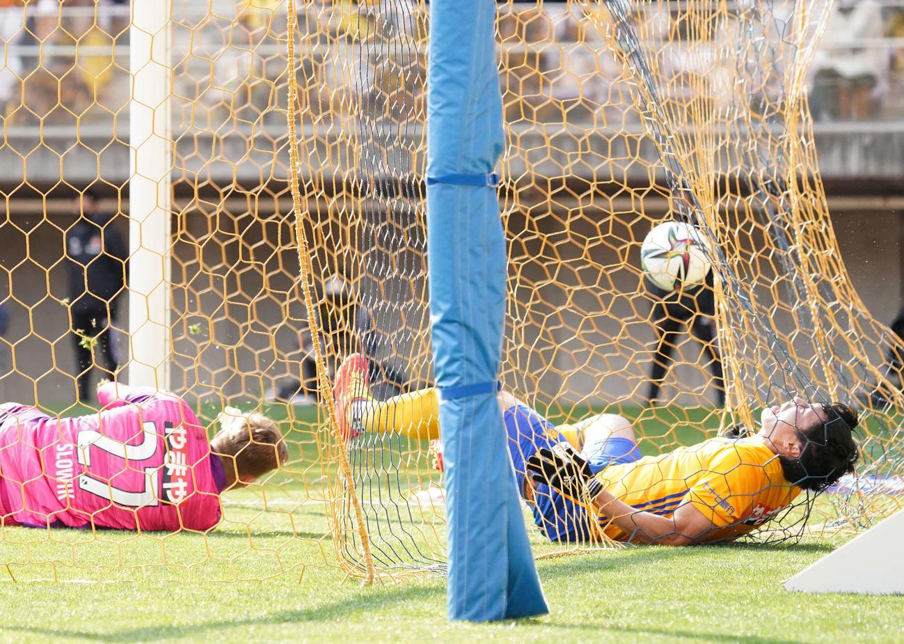 仙台対川崎F 前半、川崎F・FW小林のゴールでチーム4点目を許す。右は仙台DF蜂須賀、左はGKスウォビック(撮影・江口和貴)