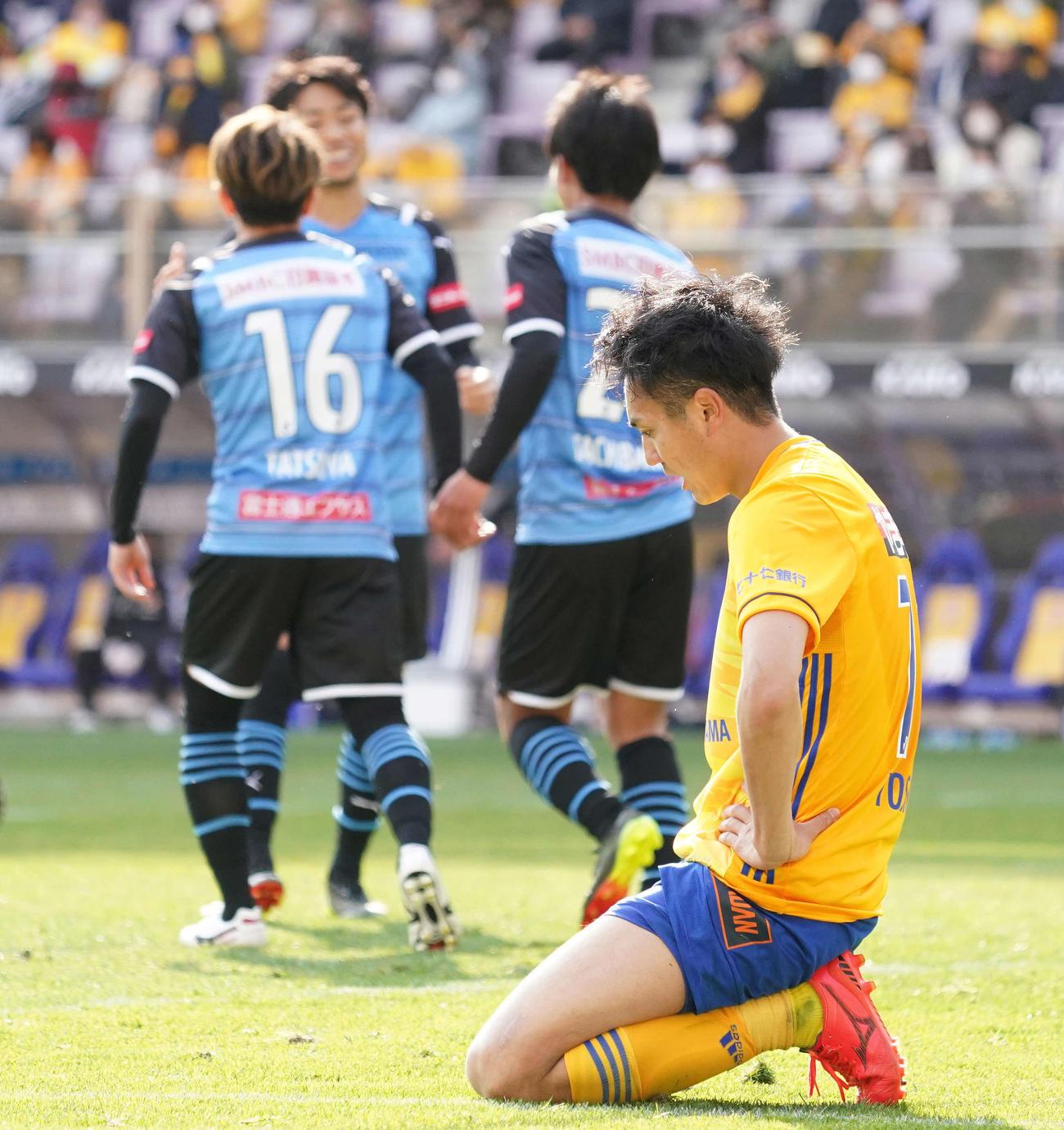 仙仙台対川崎F 前半、チーム4失点目で肩を落とす仙台DF吉野(撮影・江口和貴)