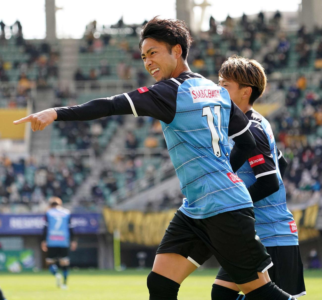 仙台対川崎F 前半、先制ゴールを決めた川崎F・FW小林(左)(撮影・江口和貴)