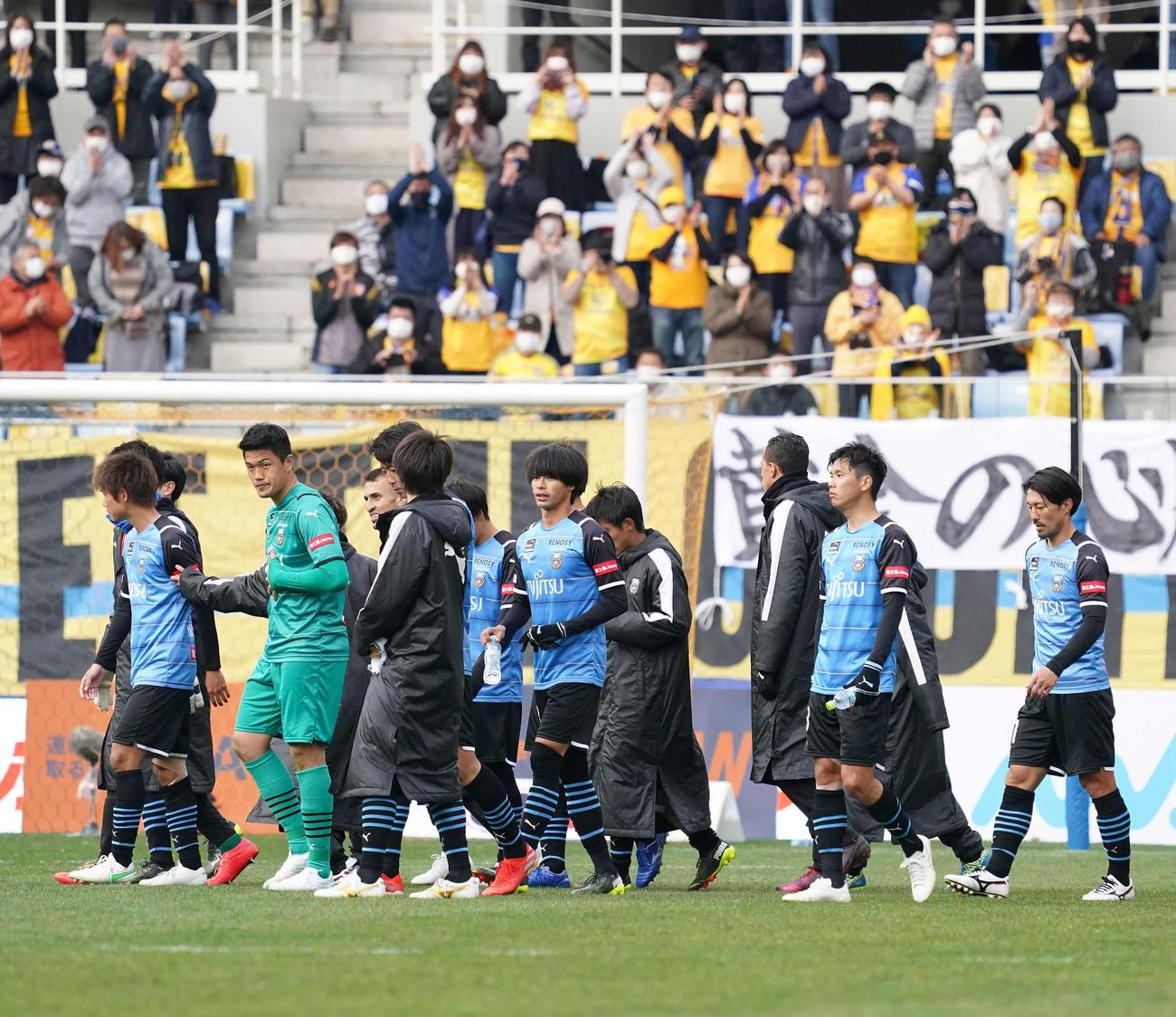 仙台対川崎F 試合終了後、仙台サポーターにあいさつした川崎Fイレブン(撮影・江口和貴)