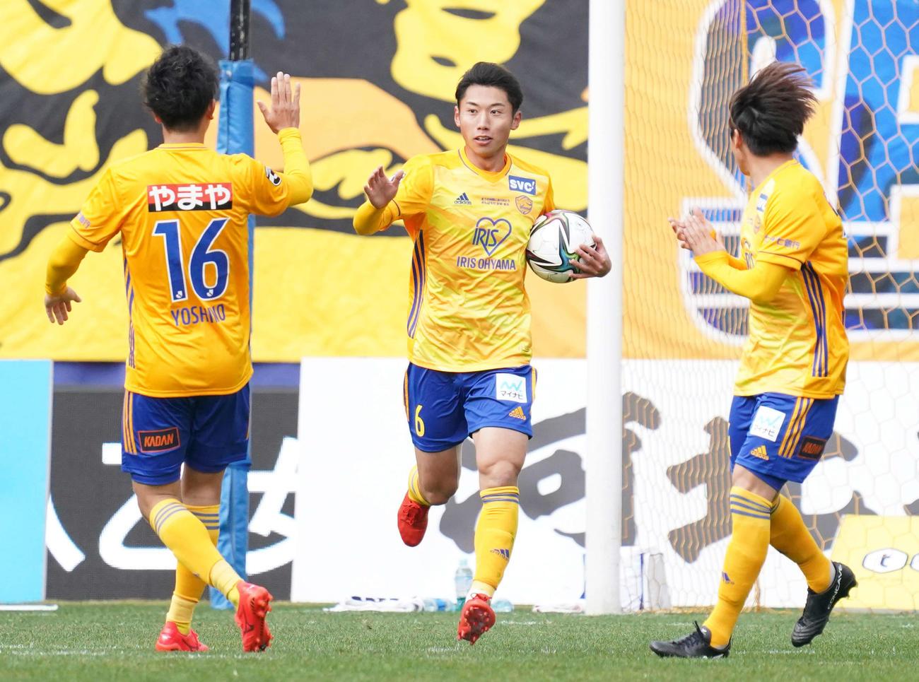 仙台対川崎F 後半、ゴールを決め仙台DF吉野(左)とタッチをかわす同MF上原(撮影・江口和貴)