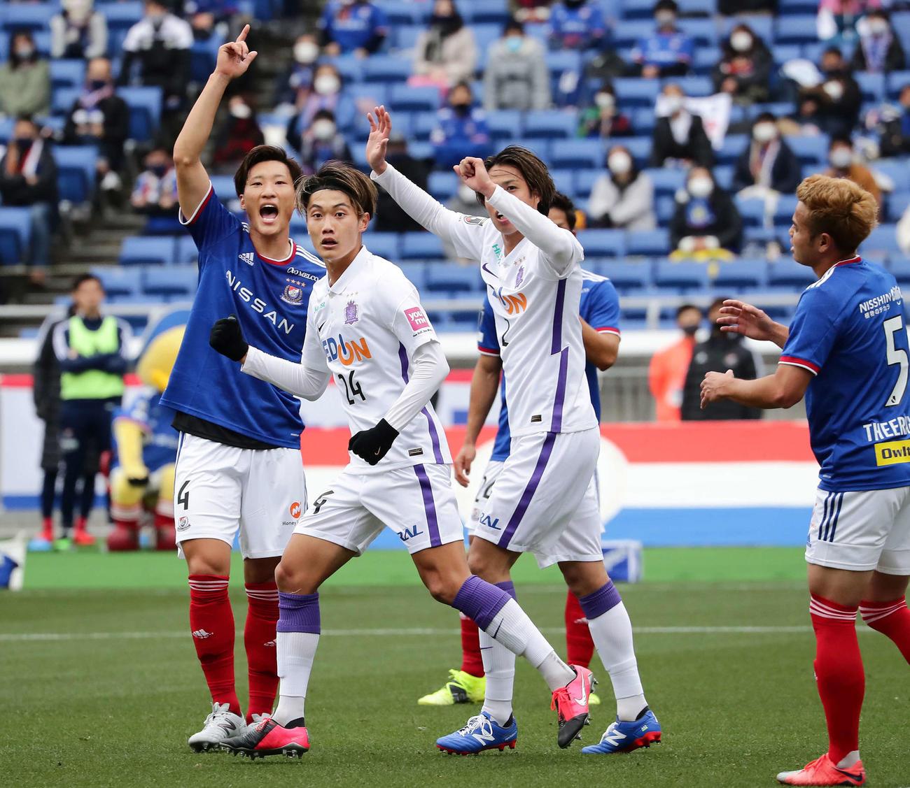 横浜対広島 前半、セットプレーから2点目のゴールを決めた広島DF東俊希(中央)(撮影・丹羽敏通)