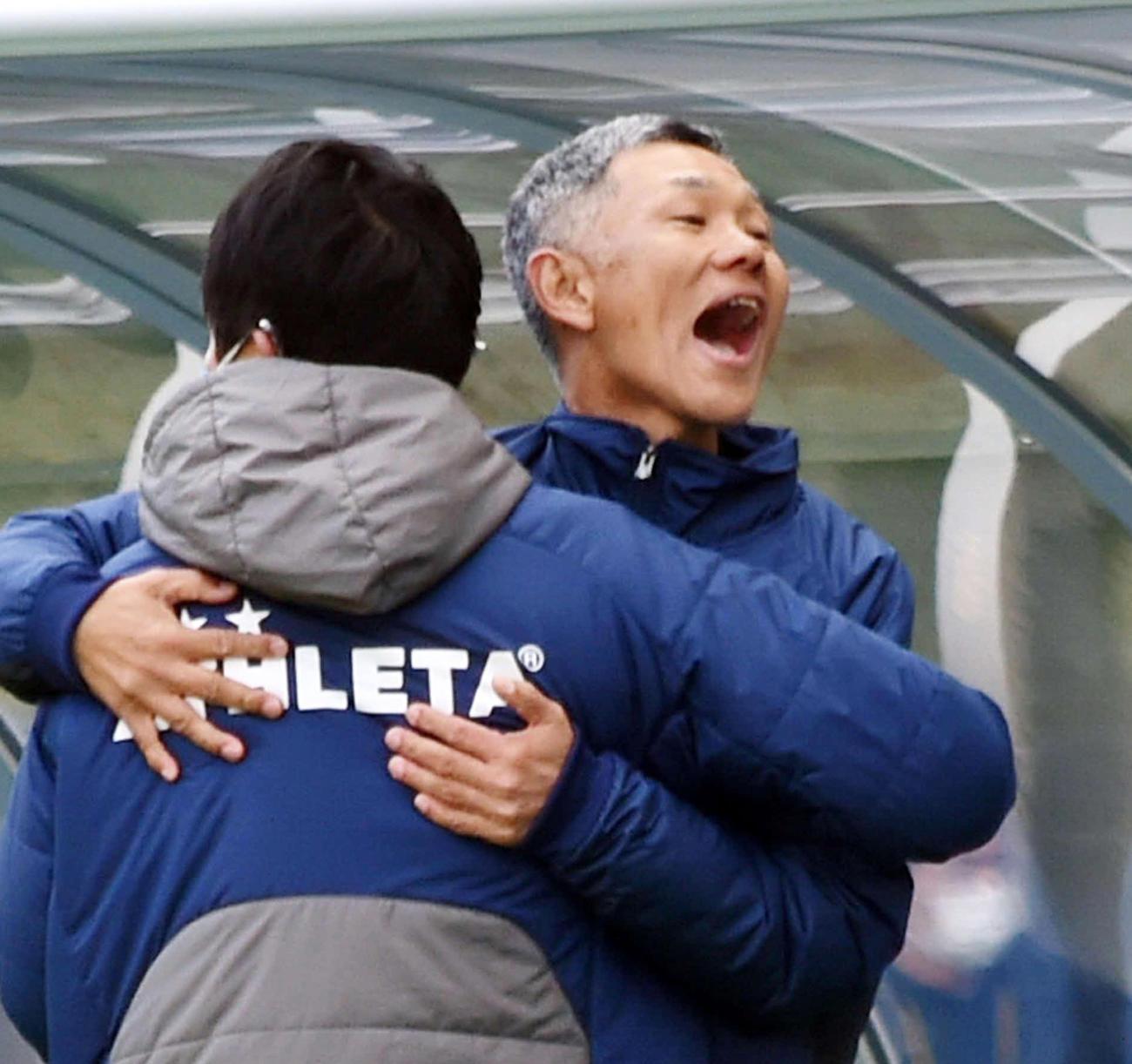 J2初勝利を挙げてスタッフと抱き合って歓喜する秋田吉田謙監督(右)(撮影・山田愛斗)