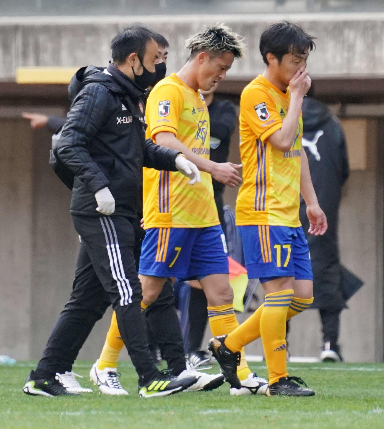 川崎F戦で負傷した仙台MF関口(中央)(2021年3月6日撮影)