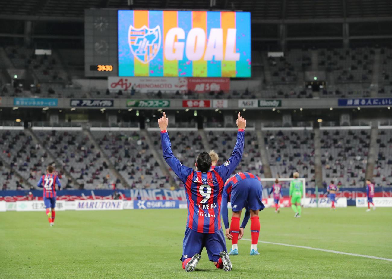 東京対湘南 前半、クロスにヘディングで合わせゴールを決めた東京FWディエゴ・オリヴェイラ(手前)はポーズを決める(撮影・垰建太)