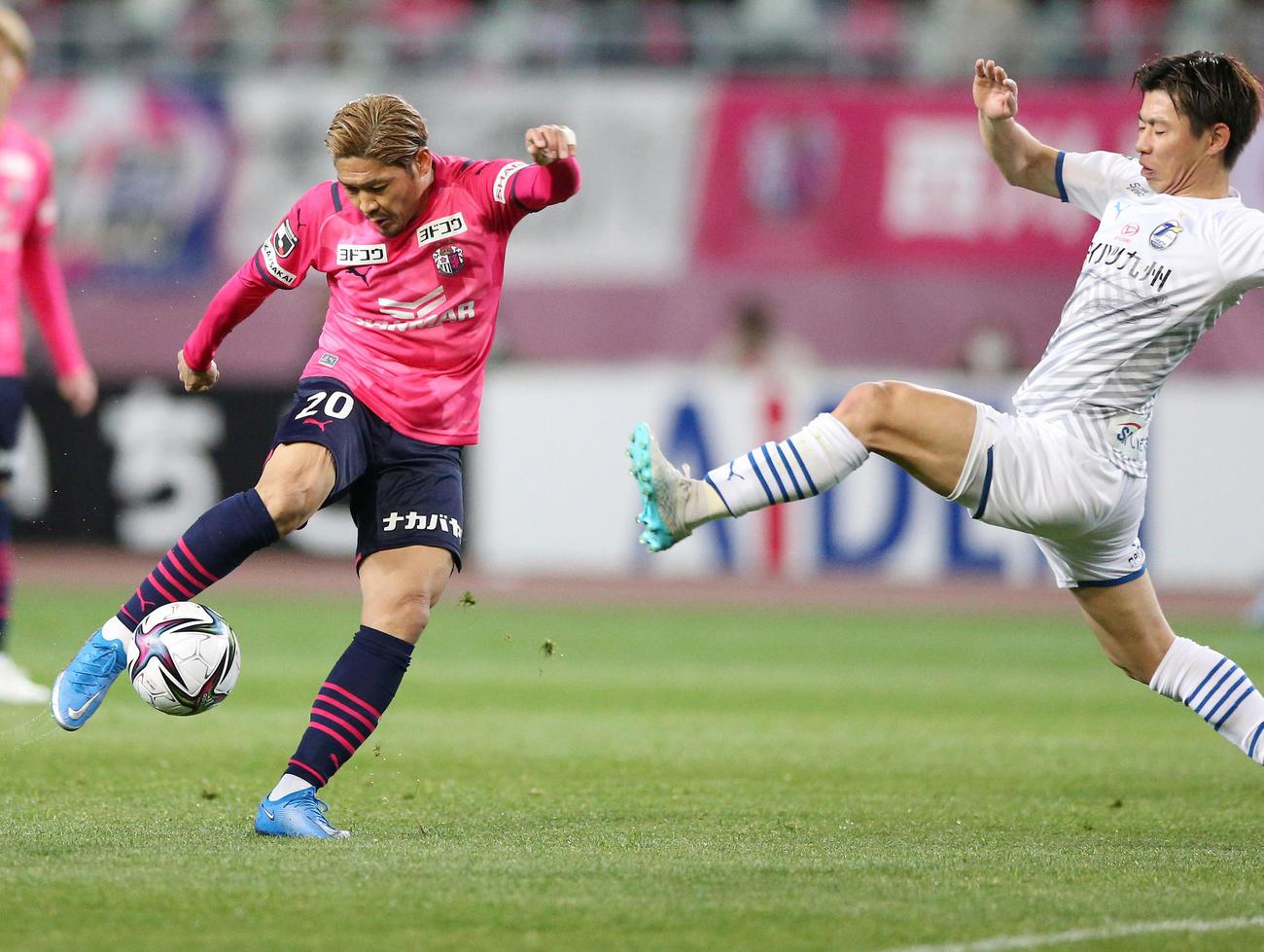 C大阪対大分 前半、C大阪FW大久保(左)はシュートを放つもゴールならず(撮影・上山淳一)
