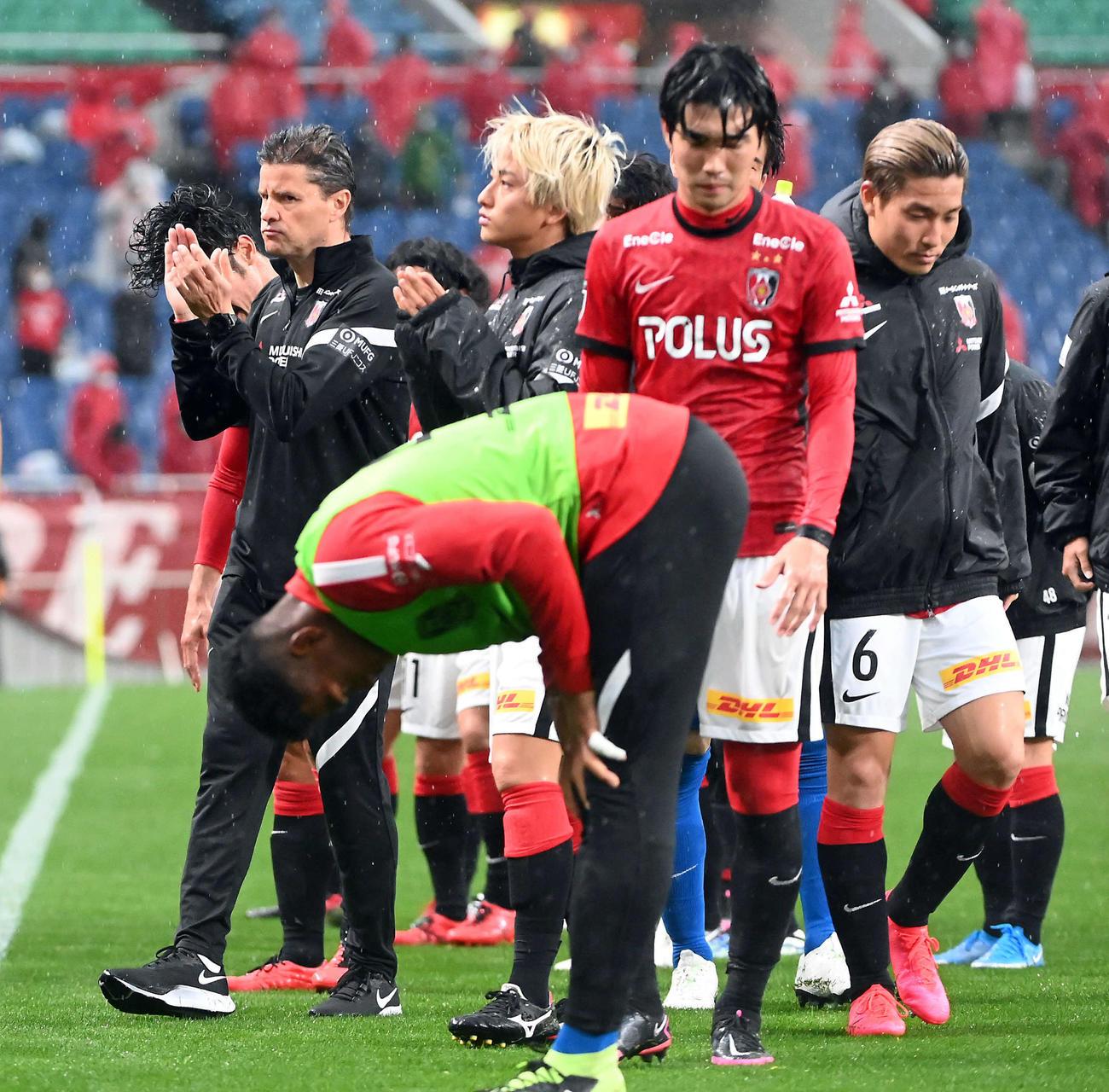 浦和対川崎F 川崎Fに5-0で大敗し、場内1周する浦和ロドリゲス監督(撮影・たえ見朱実)