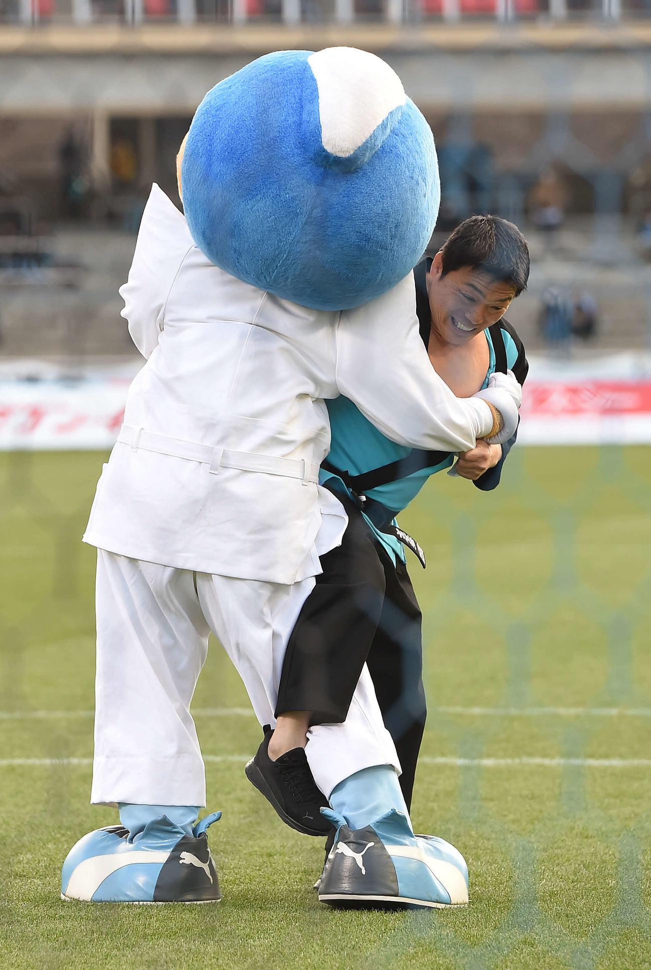 20年2月22日、川崎F-鳥栖戦の始球式前にふろん太(左)と柔道対決をする