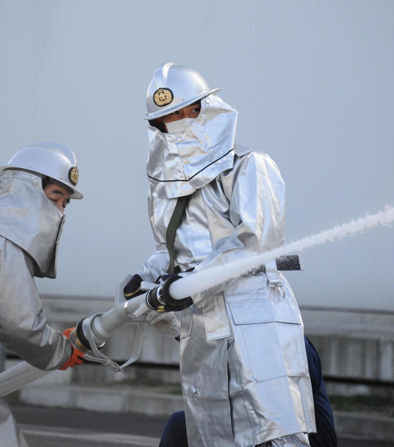 放水体験をする早川(右)