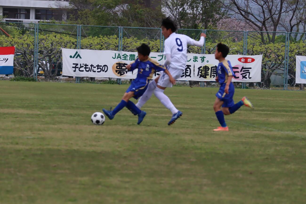 競り合うヴォルティス(徳島)と久枝SSS(愛媛)の選手