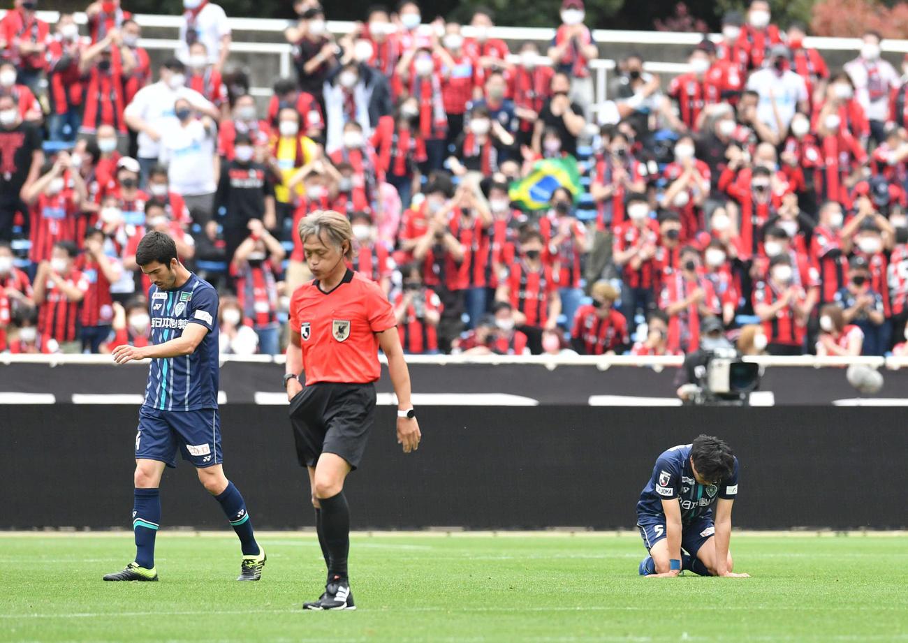 福岡対札幌 札幌に敗れ、ピッチに崩れる福岡DF宮(右)と肩を落とすDFカルロス・グティエレス(撮影・岩下翔太)
