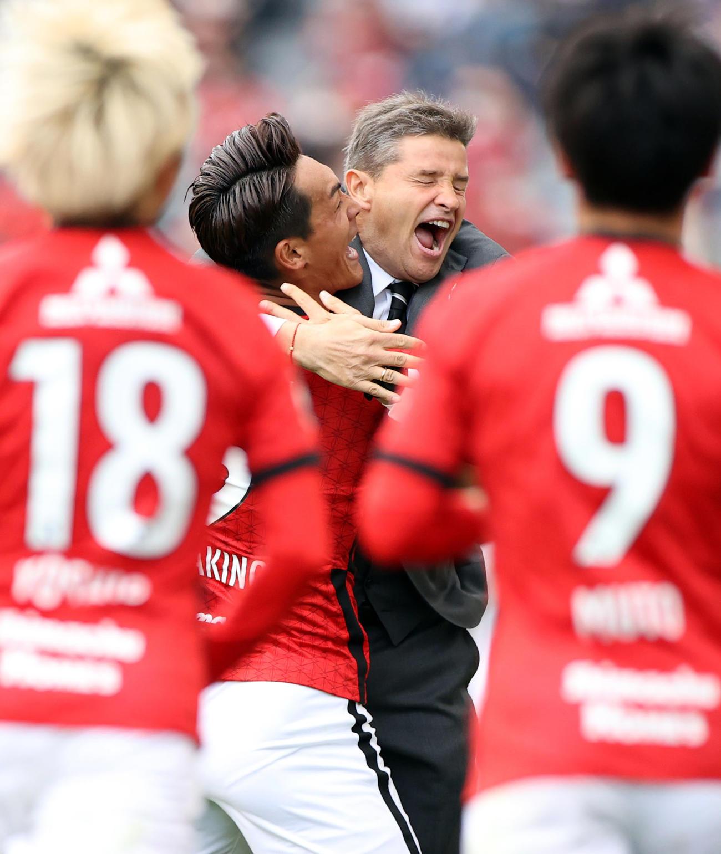 浦和対鹿島 後半、PKを決め、ロドリゲス監督(右)と抱き合う浦和DF槙野(撮影・狩俣裕三)