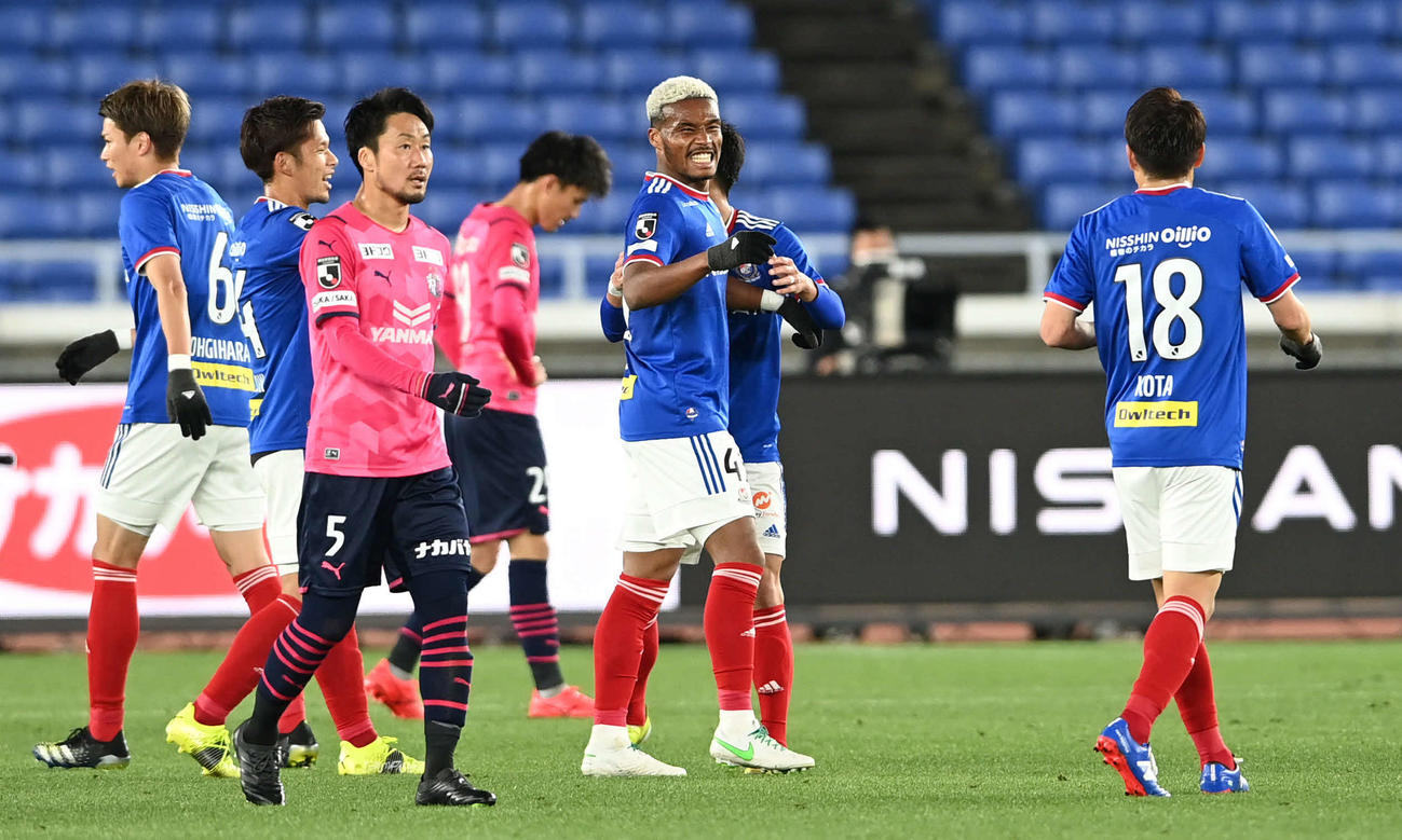 横浜対C大阪 決勝点を決めた横浜FWオナイウ(右から2人目)はチームメートと勝利を喜ぶ(撮影・山崎安昭)
