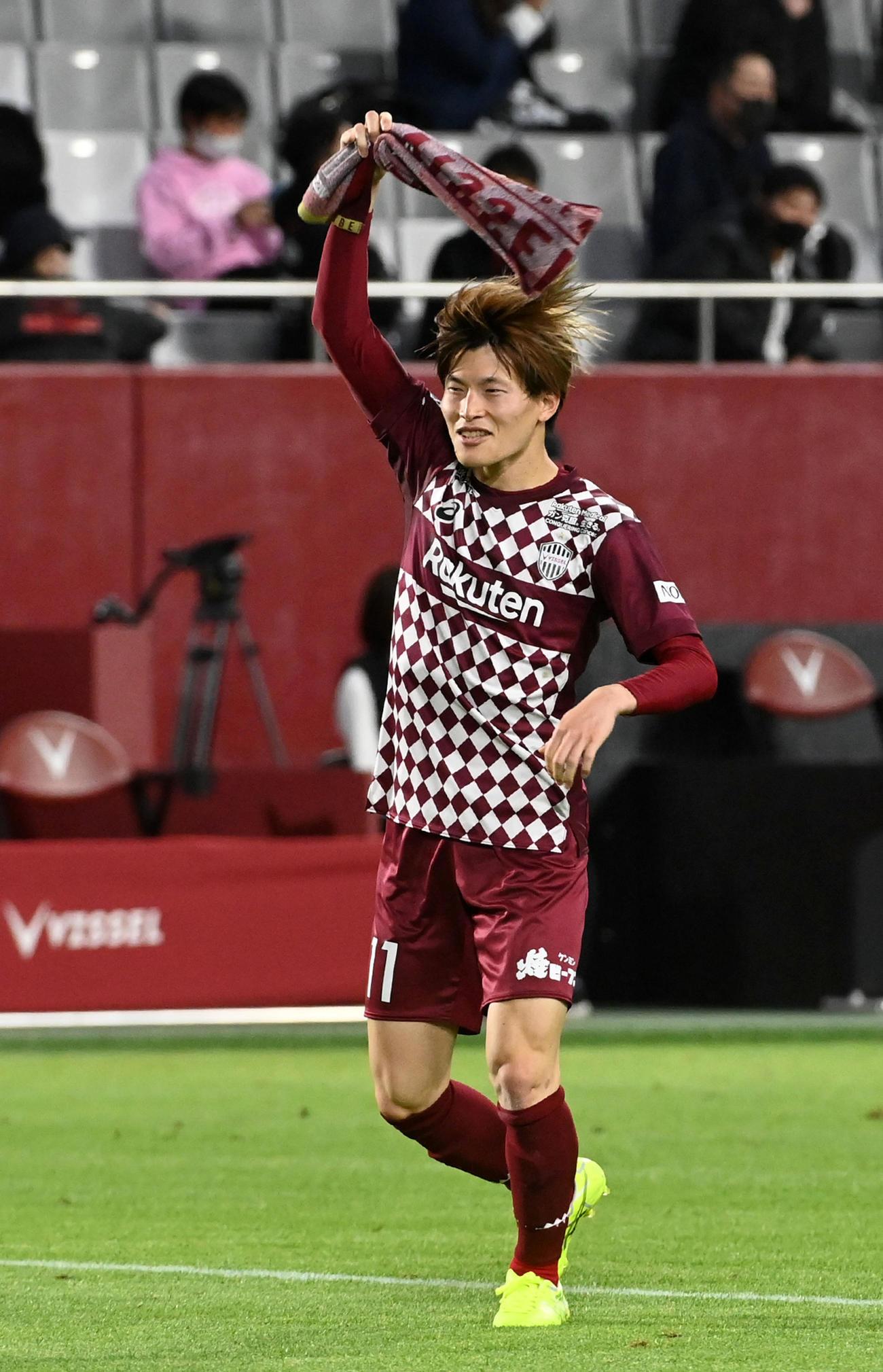 決勝ゴールの神戸FW古橋亨梧は笑顔でサポーターに勝利の報告