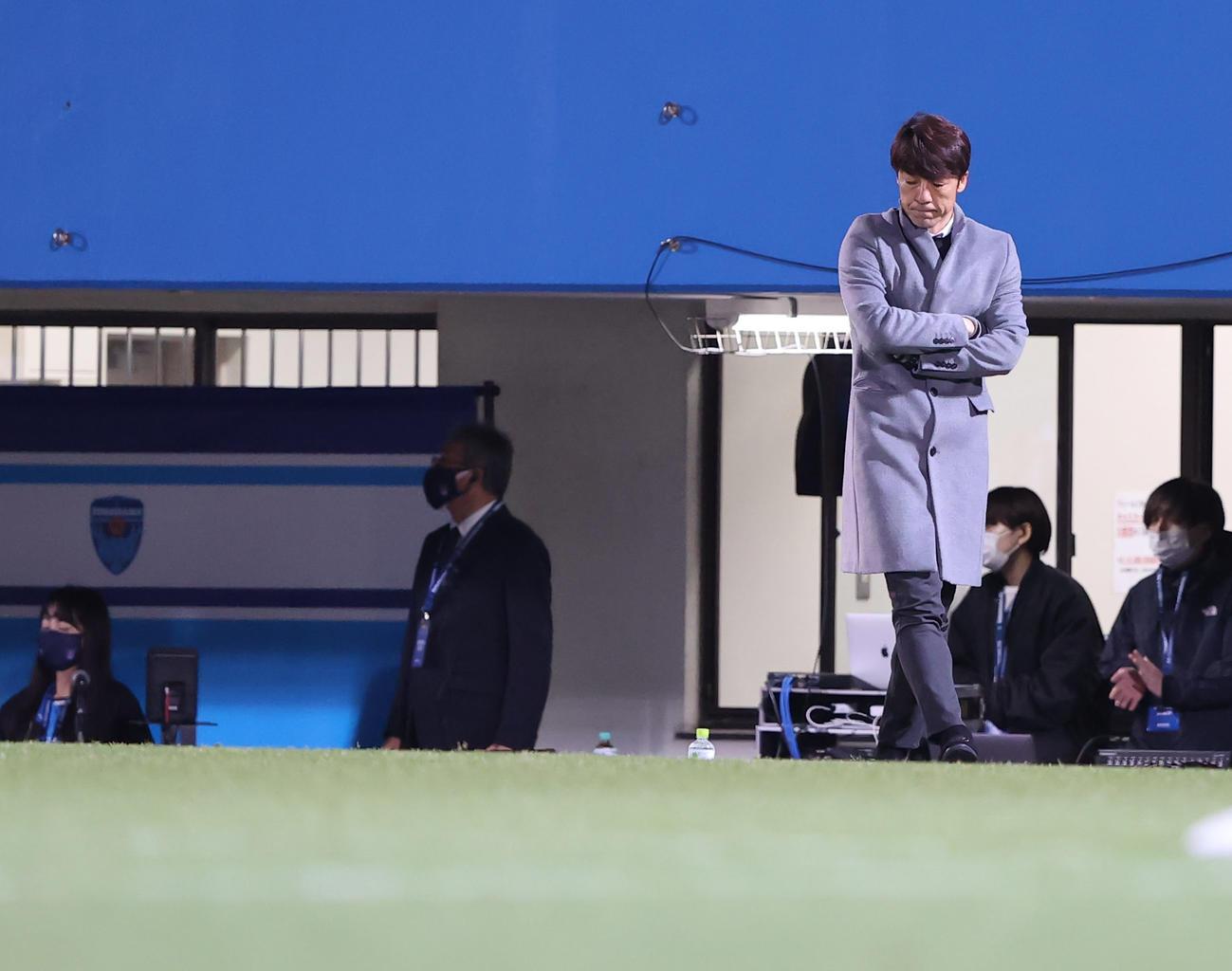 横浜FC対広島 後半、うつむき考え込む横浜FC下平監督(撮影・垰建太)
