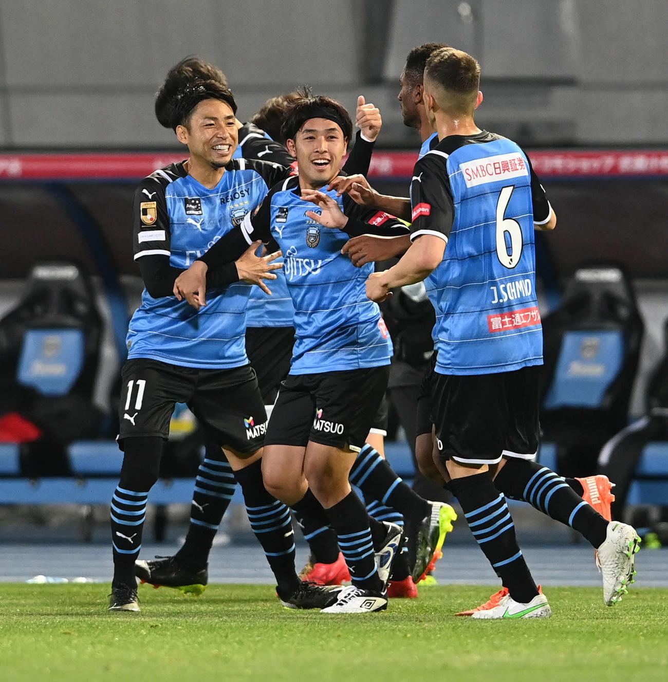 後半、得点を奪った川崎F・FW遠野(中央)はチームメートに祝福される(撮影・山崎安昭)