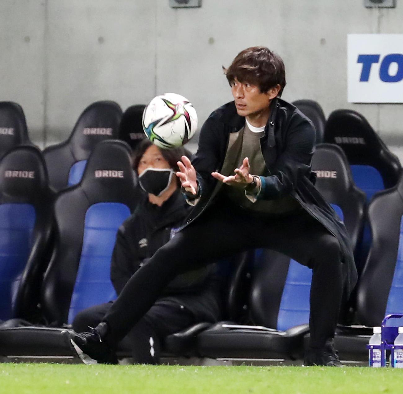 G大阪対福岡 後半、タッチラインを割ったボールをトスするG大阪の宮本監督(撮影・加藤哉)