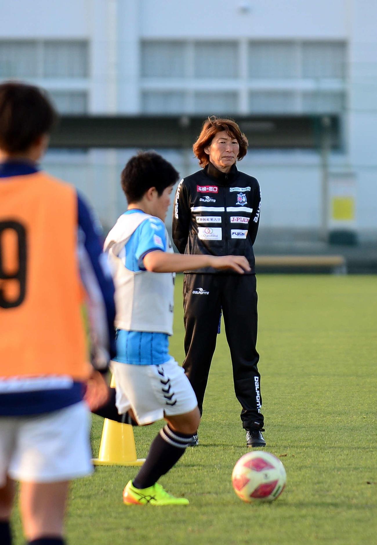 練習を見守る静岡SSUアスレジーナの本田監督
