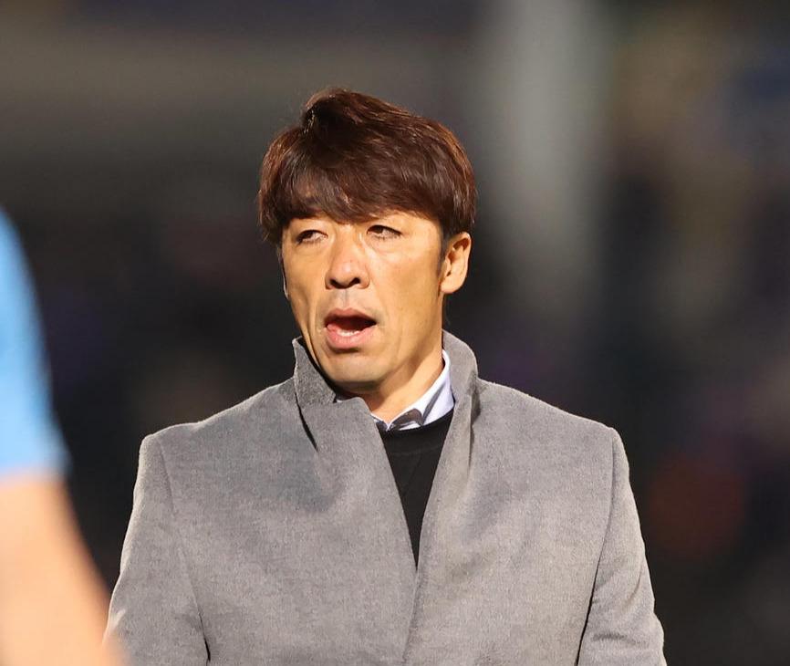 7日の広島戦に敗れ厳しい表情でスタンドにあいさつする横浜FC下平監督(中央)