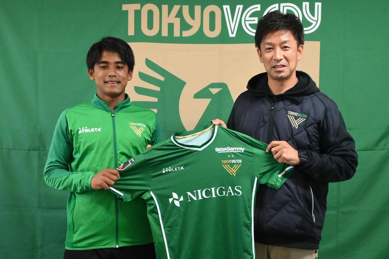 16歳でプロ契約を結び、江尻強化部長(右)とともに笑顔を見せる東京V橋本(C)TOKYO VERDY