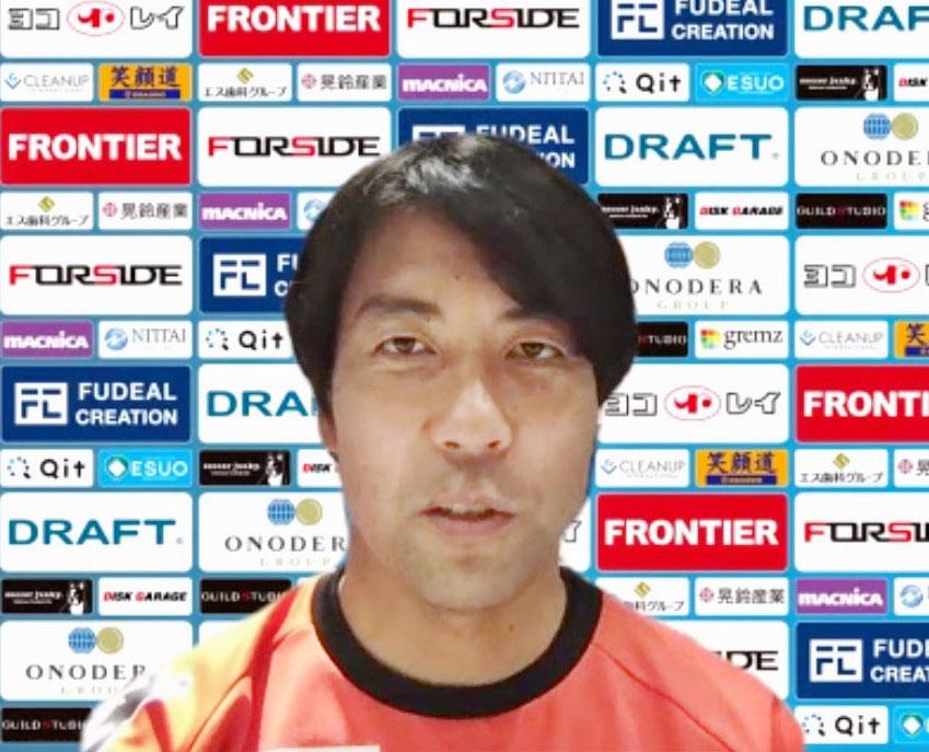 オンラインで取材に応じる横浜FC早川新監督(共同)
