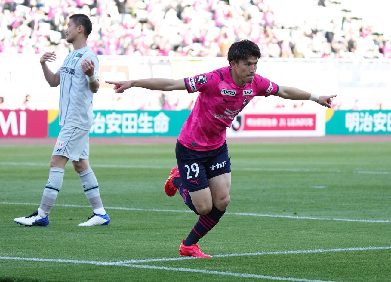 C大阪対福岡 後半、ゴールを決めたC大阪FW加藤は飛行機ポーズ(撮影・清水貴仁)