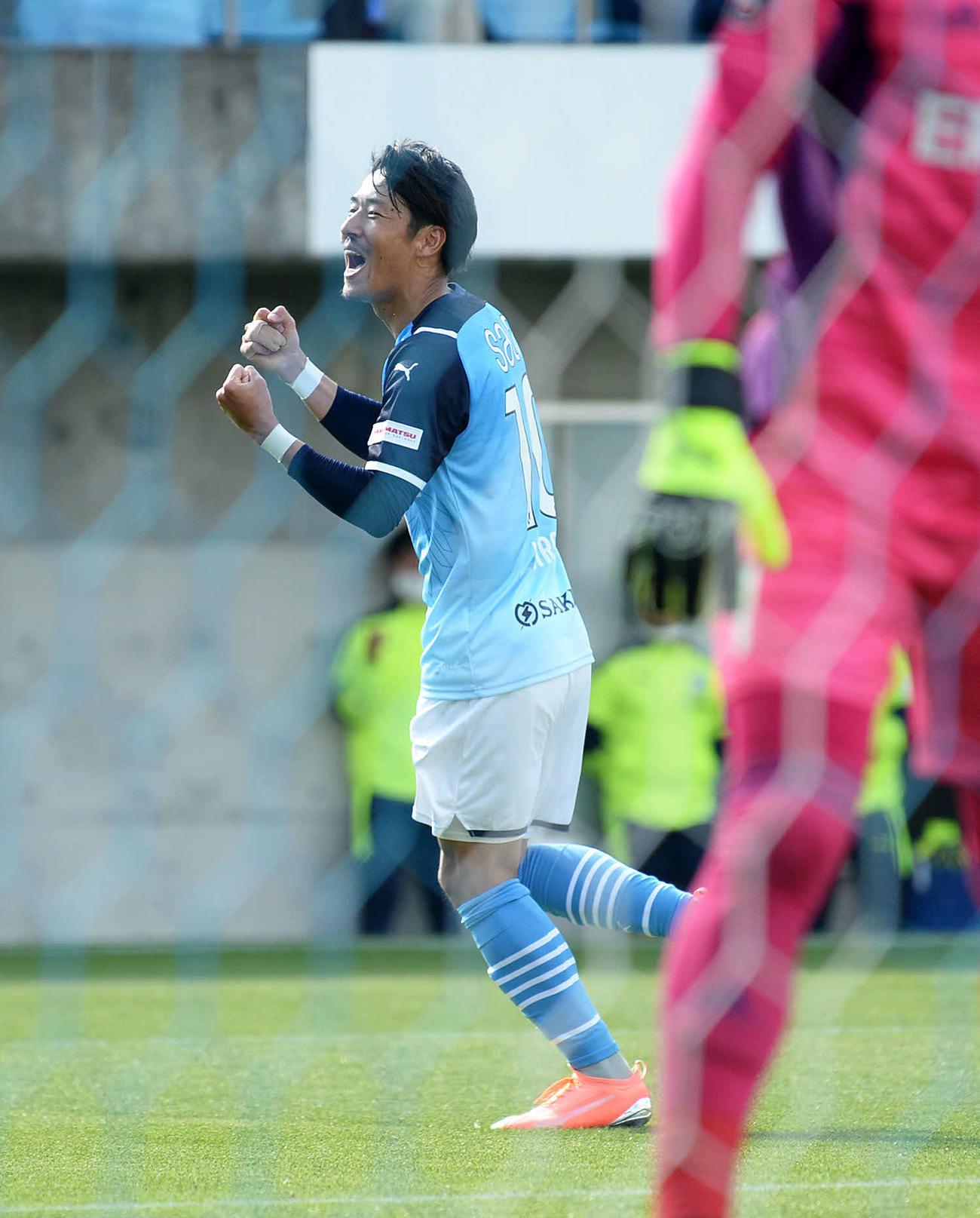 チーム3点目を挙げ、ガッツポーズする磐田MF山田