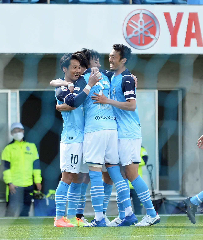 後半18分に追加点を奪い、喜び合う磐田の選手たち。左端はゴールを決めたMF山田