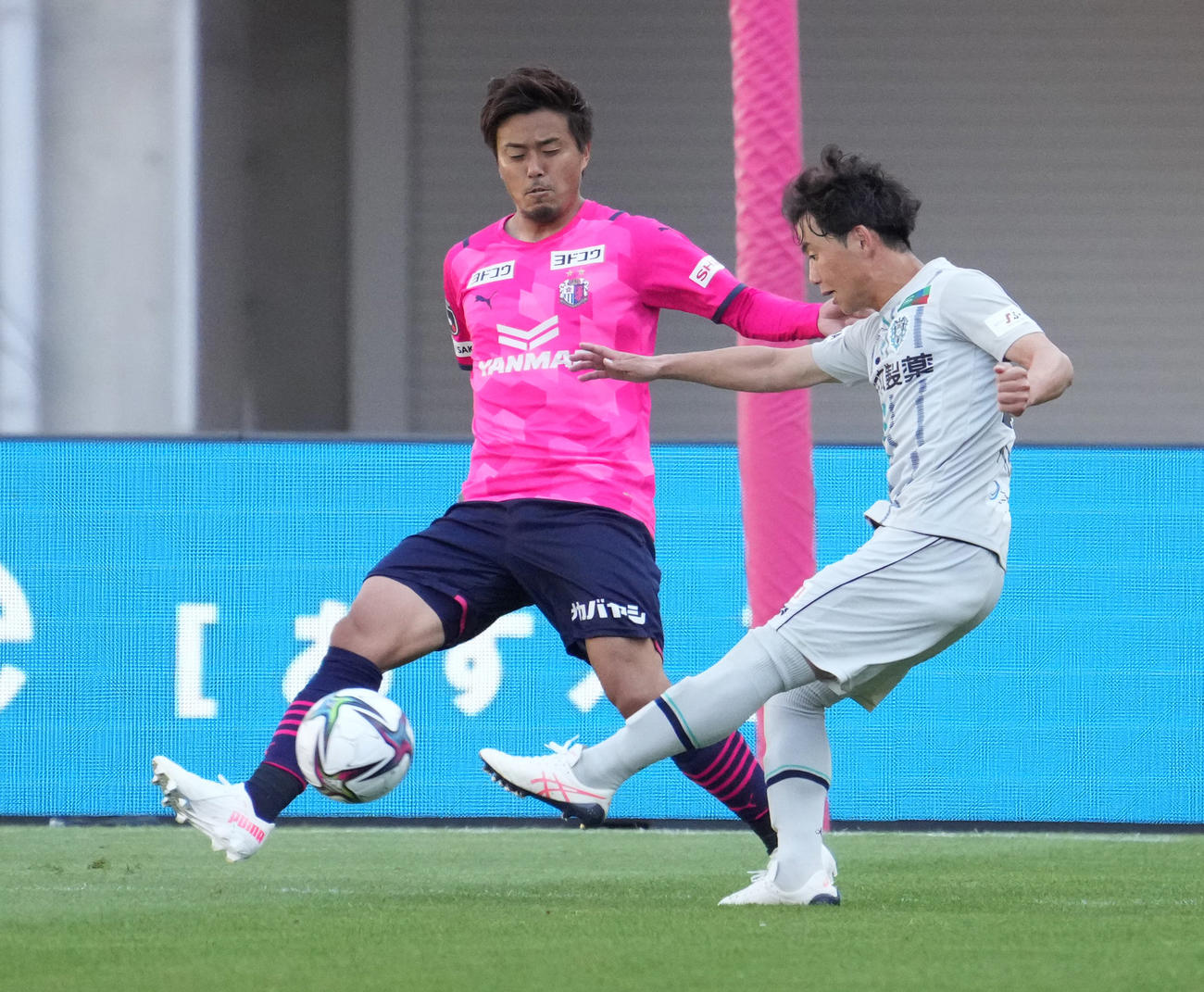 C大阪対福岡 後半22分、先制ゴールを決める福岡MF吉岡(右)(撮影・清水貴仁)