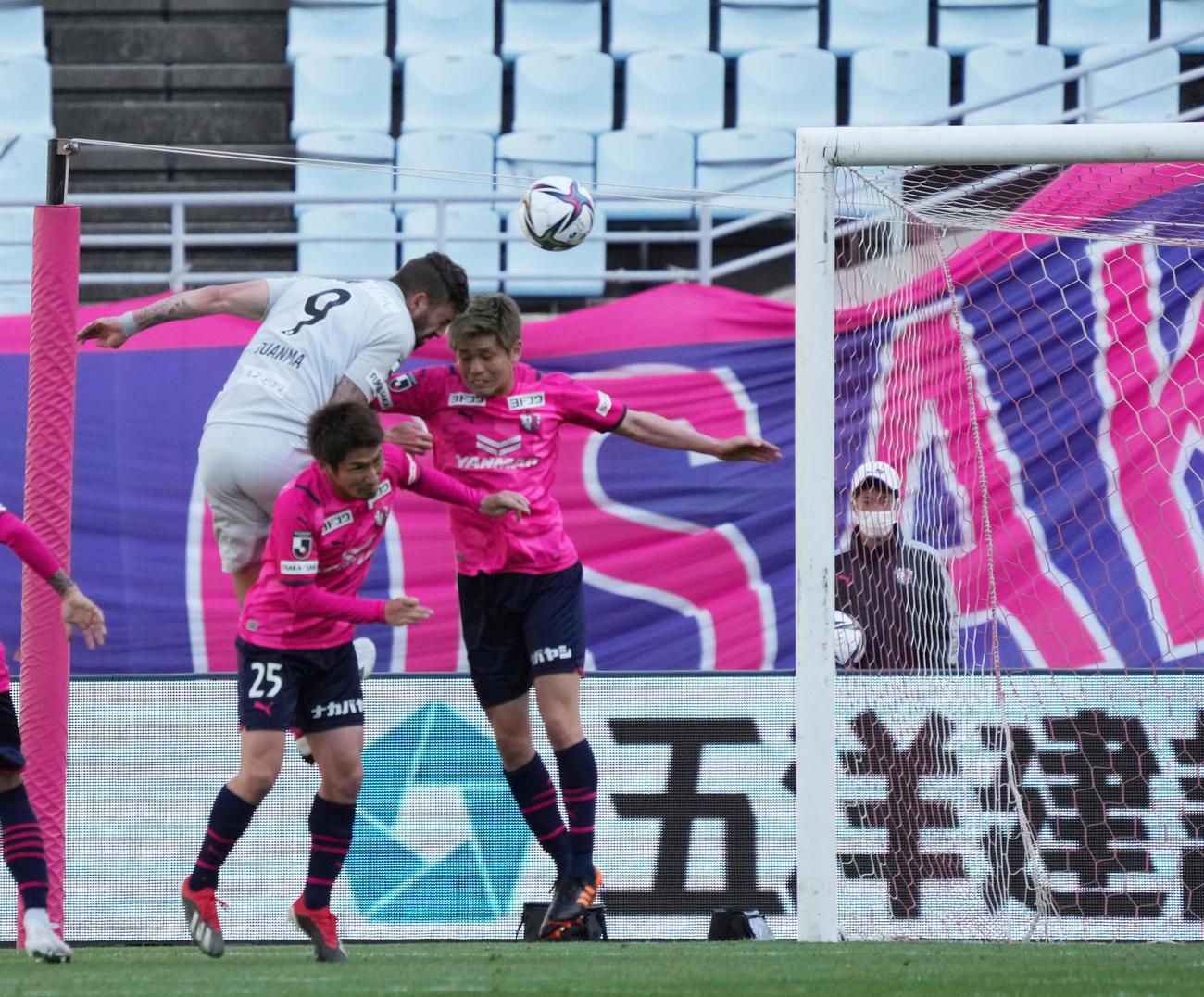 C大阪対福岡 後半43分、ヘディングで同点ゴールを決める福岡FWフアンマ・デルガド(9)(撮影・清水貴仁)