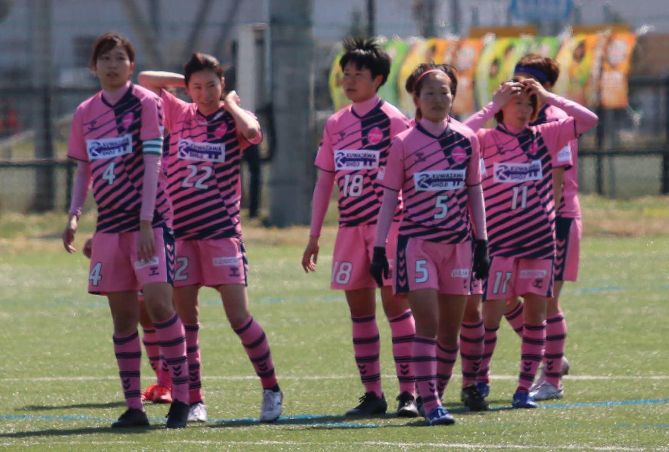 ホーム開幕戦で敗れ、肩を落とすノルディーア北海道の選手たち(撮影・山崎純一)