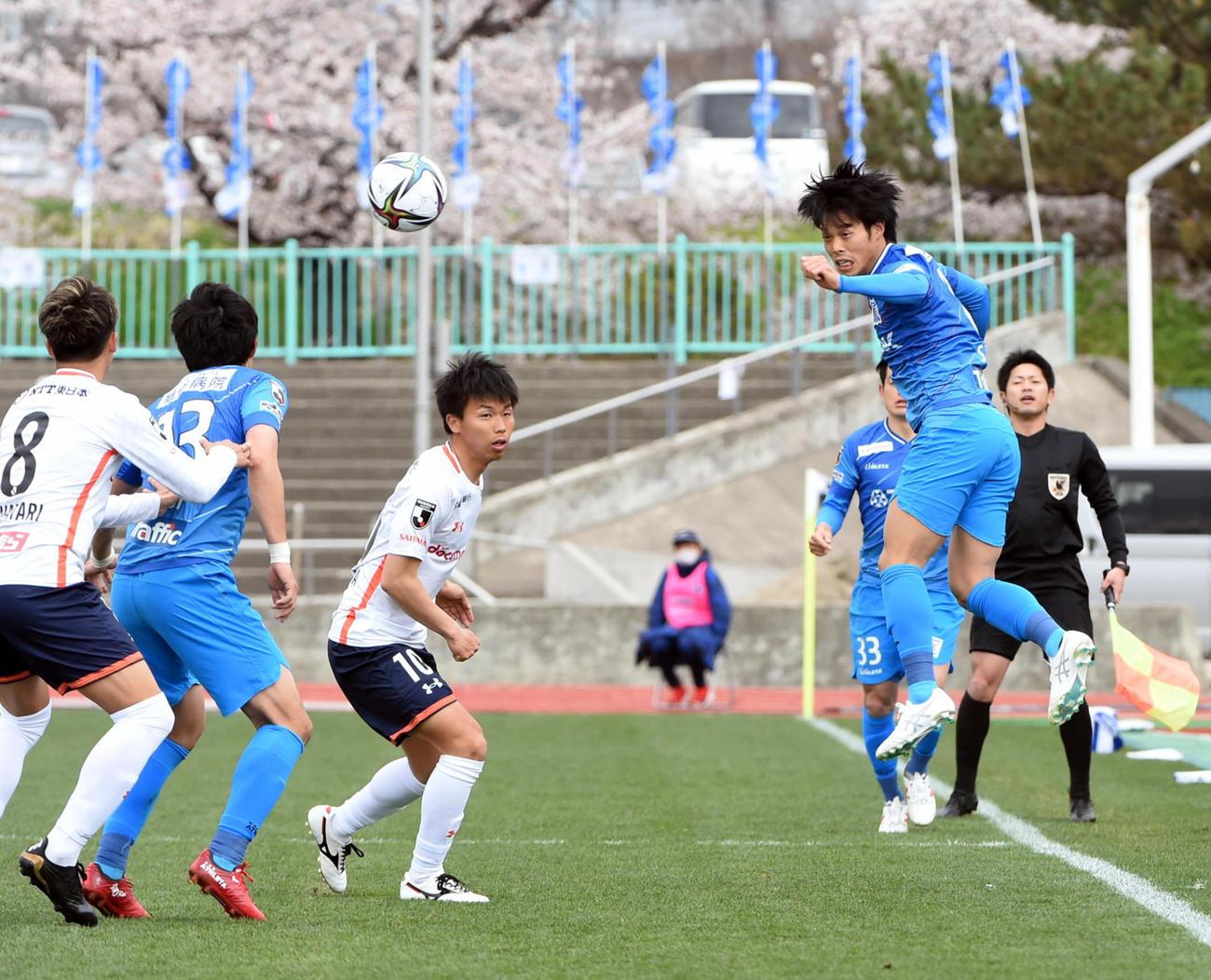 秋田MF茂(右)は、ヘディングで相手ボールをクリア(撮影・山田愛斗)