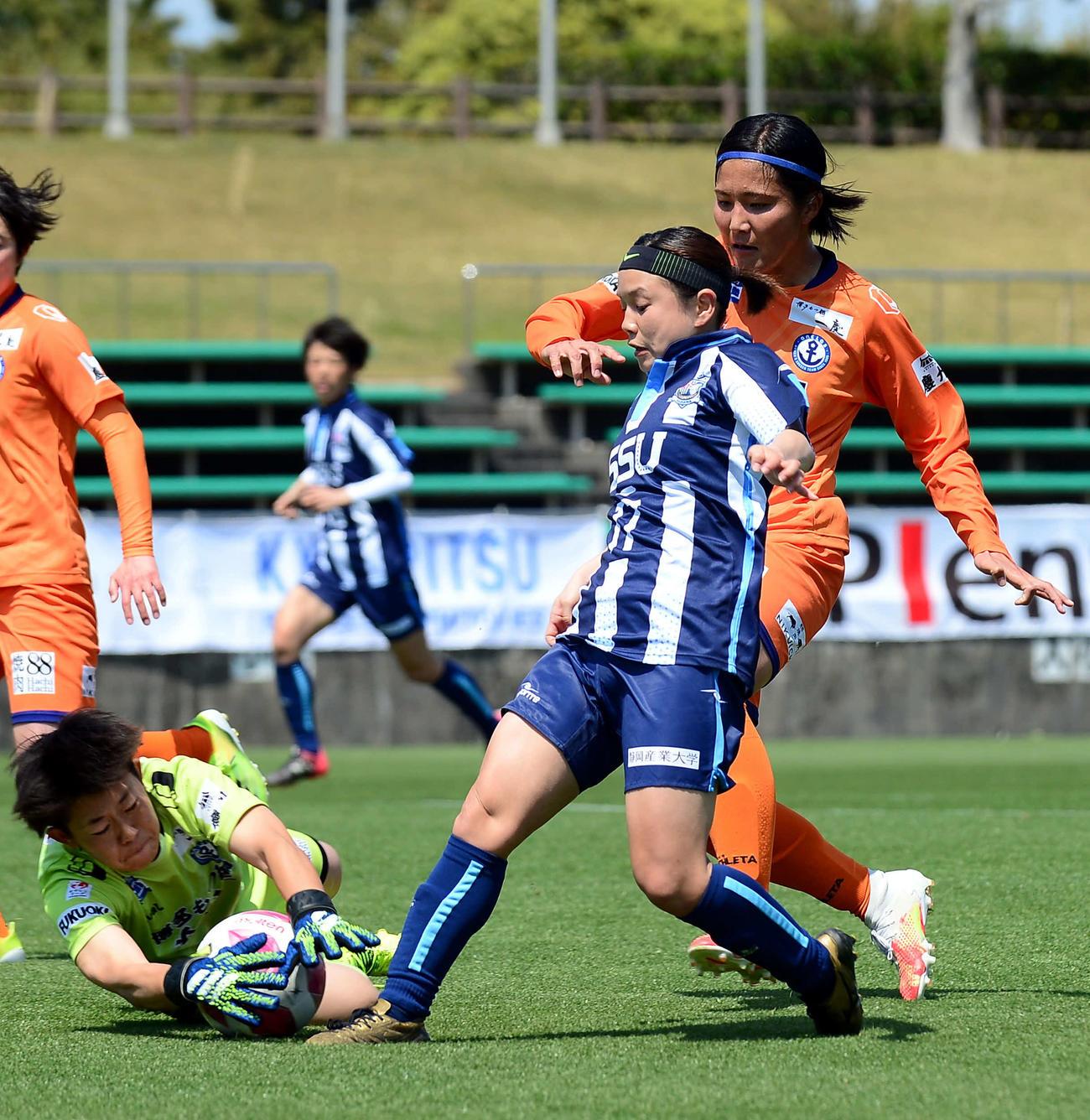 前半、静岡SSUアスレジーナFW藤田(手前)がゴールに迫るもGKに阻止される