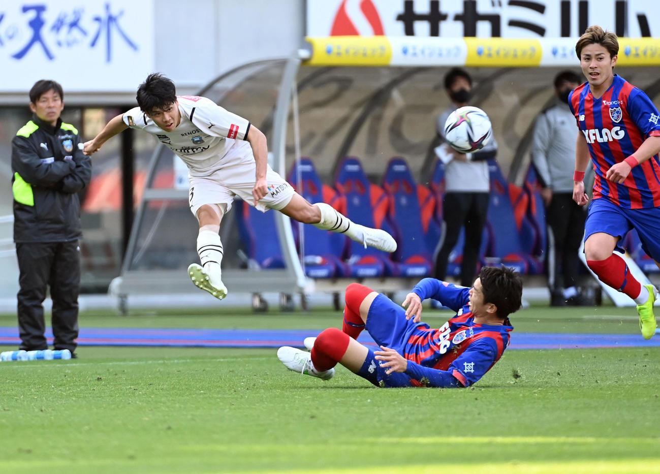 東京対川崎F 後半、MF三笘にパスを出す川崎F・DF山根(撮影・たえ見朱実)