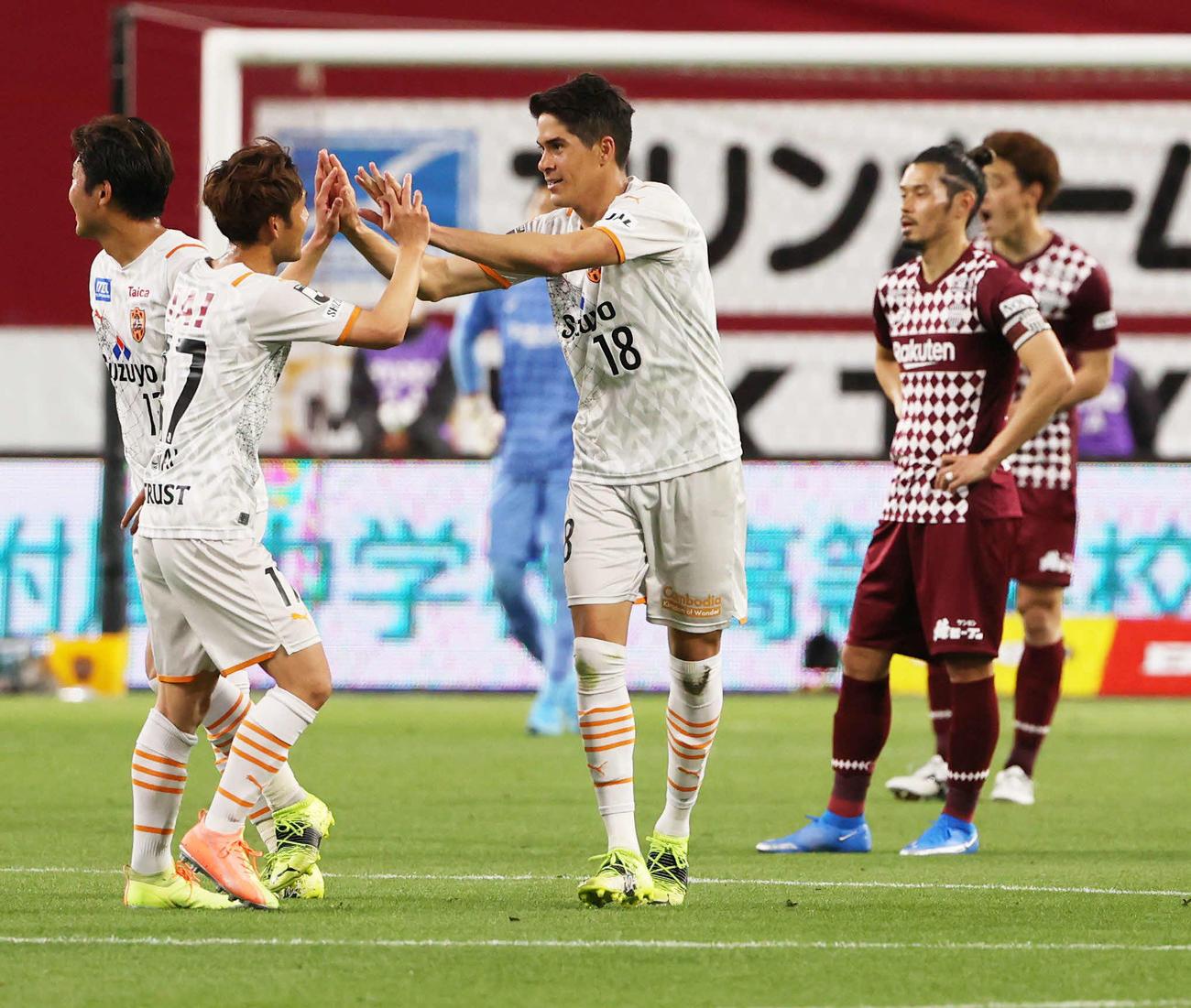 神戸対清水 後半に先制ゴールを決めた清水DFエウシーニョ(中央)は、チームメートとハイタッチ(撮影・清水貴仁)
